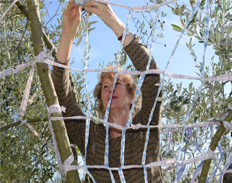 Marina bei der Vorbereitung einer Installation in einem Baum