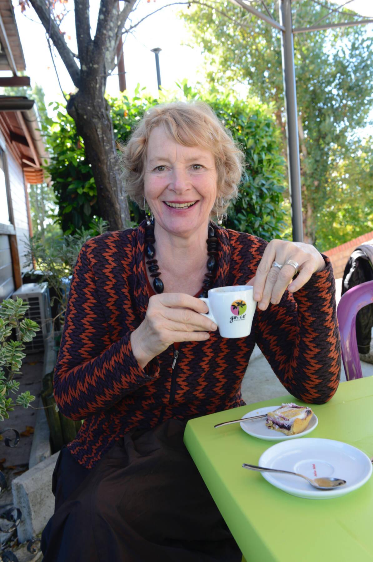Marina bei einem Espresso in Italien